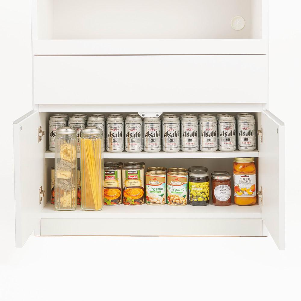 必要なものだけコンパクトに置ける ミニマリストのためのミニマルレンジ台 扉タイプ 幅80cm 最下段の扉内には缶ビールや瓶詰めなど、常温ストック食材の収納にも便利です。