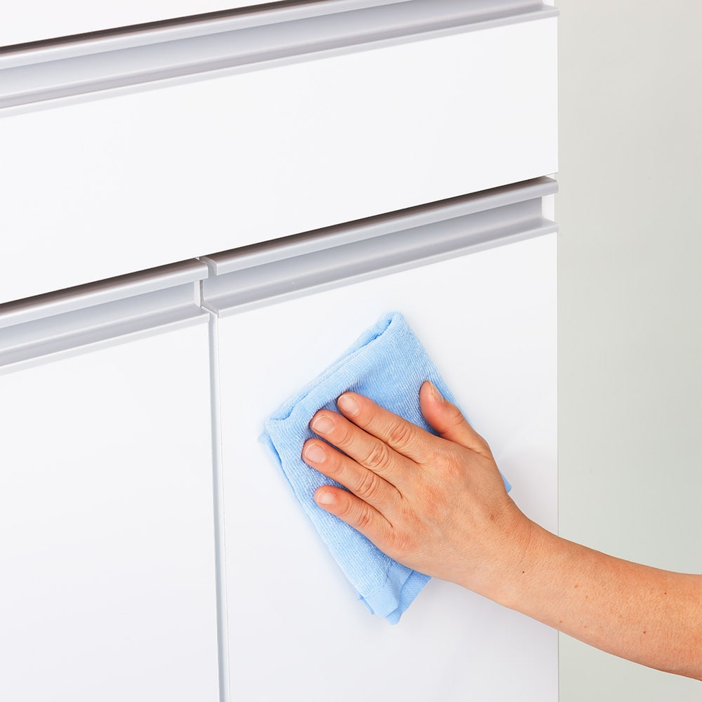 ふた開閉ゴミ箱付き家電収納庫 3分別 ミドルタイプ 幅76cm高さ139cm奥行42cm 前面は光沢があり、汚れがサッと拭き取れるお手入れしやすい素材です。