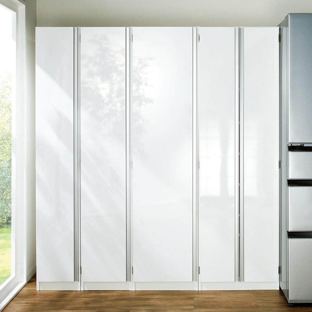 食器のサイズに合わせて選べる食器棚 幅30cm奥行42cm高さ180cm 扉前面は光沢仕上げ。