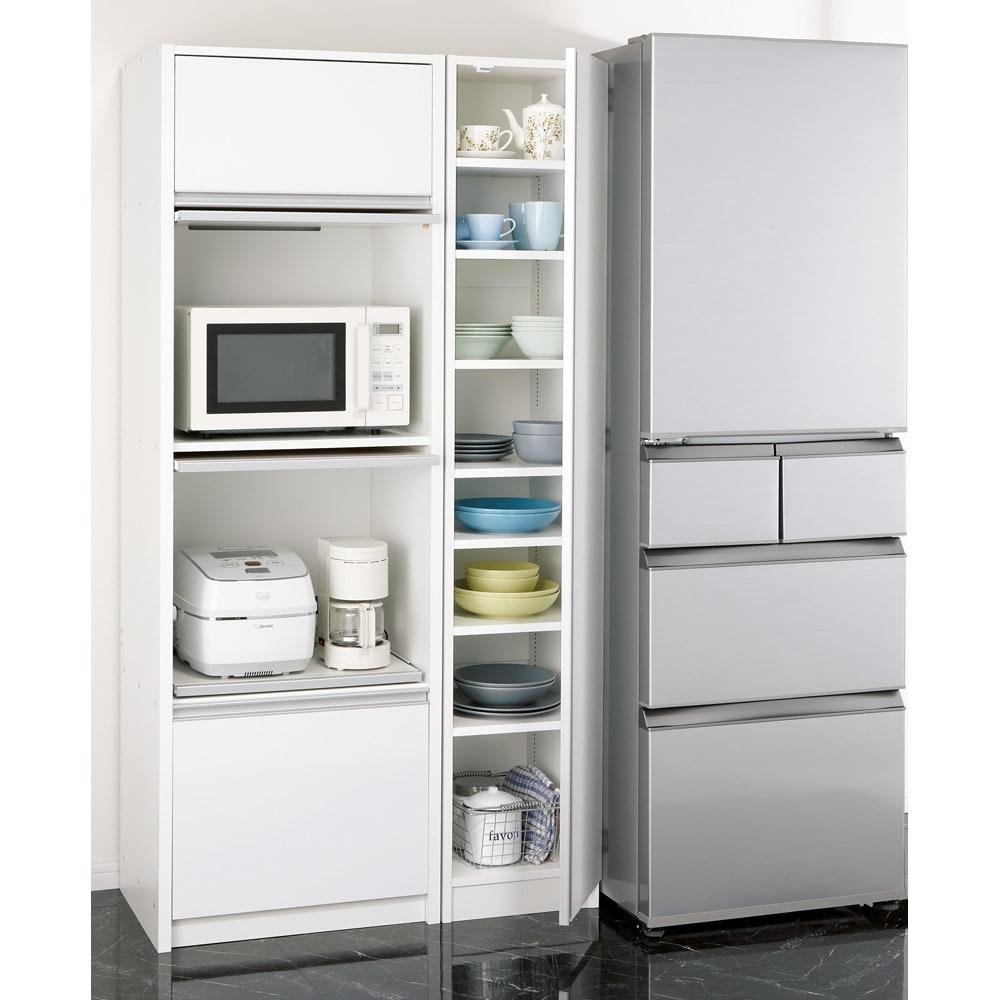 食器に合わせて選べる食器棚 幅55cm奥行42cm高さ180cm 余っている空間に食器専用のすき間収納として。 ※写真は幅35cmタイプ。お届けは中央の食器棚のみです。