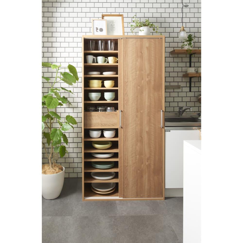 棚板たっぷりラクラク引き戸食器棚 幅60cm・奥行29cm 色見本(イ)ブラウン ナチュラルな印象の天然木調。リビングダイニングでも映える色合いです。 ※写真は幅90cm・奥行39cmタイプです。