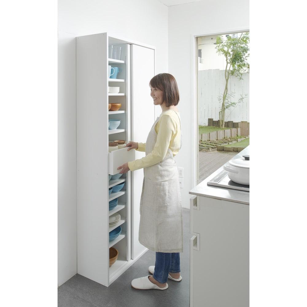 棚板たっぷりラクラク引き戸食器棚 幅60cm・奥行29cm 使用イメージ(ア)ホワイト キッチンやダイニングにうれしい!開閉に場所を取らない引き戸式のキッチン収納です。 ※写真は幅75cm・奥行29cmタイプです。