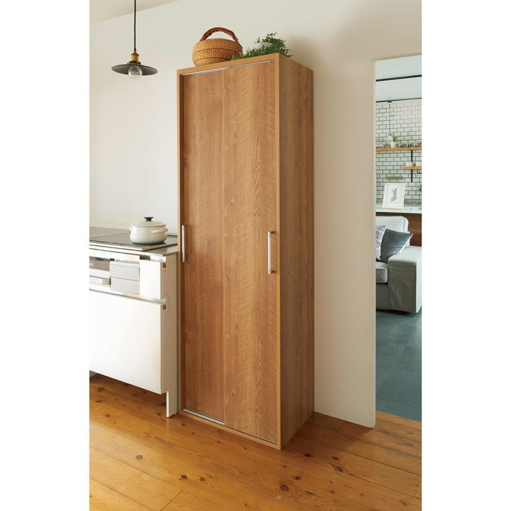棚板たっぷりラクラク引き戸食器棚 幅90cm・奥行39cm 使用イメージ(イ)ブラウン ナチュラルな印象の天然木調。リビングダイニングでも映える色合いです。 ※写真は幅60cm・奥行39cmタイプです。