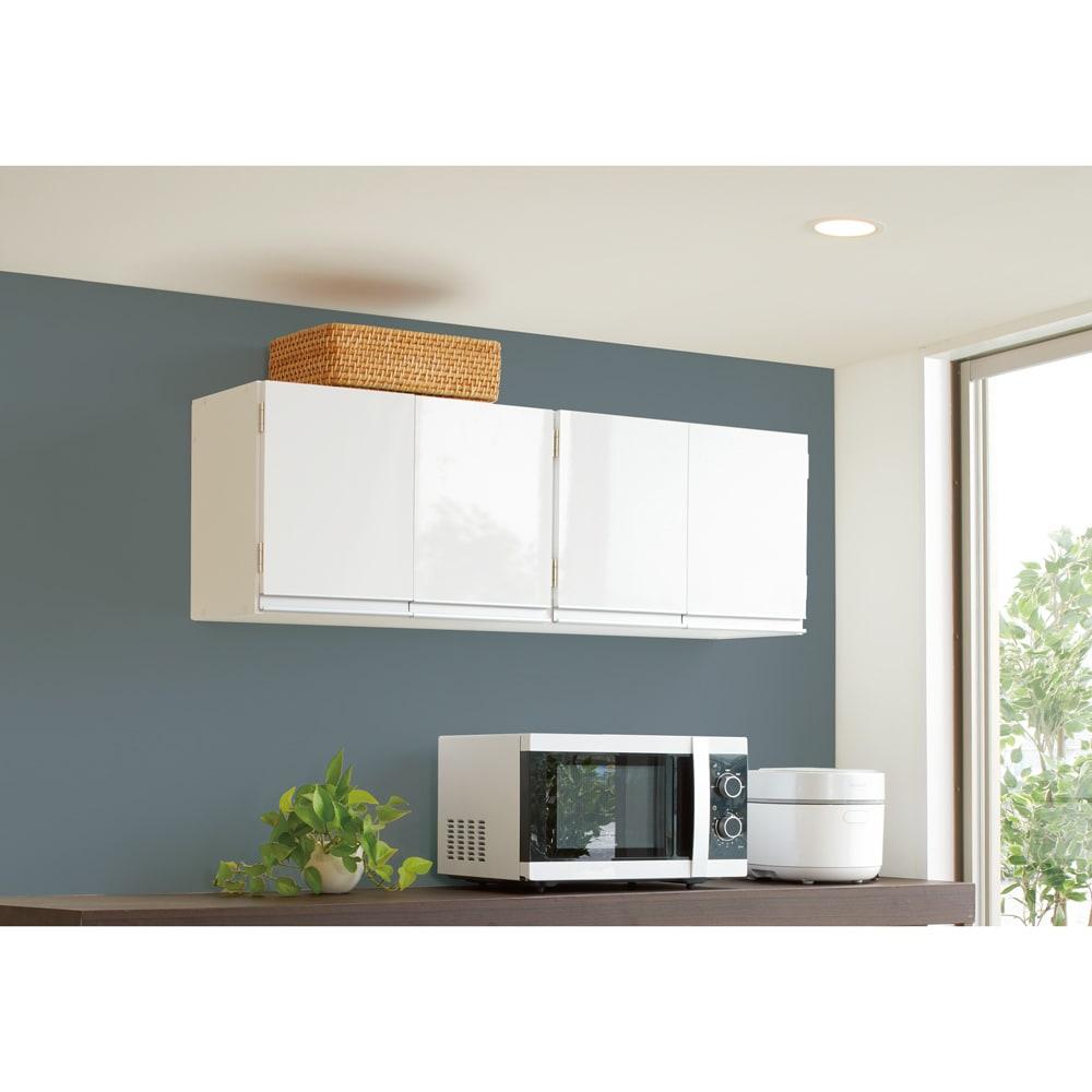 光沢仕上げ吊り戸棚 扉タイプ 幅90cm 使用イメージ 使いやすい位置に取り付けられて、家事動線がスムーズに! ※写真は幅120cmタイプです。