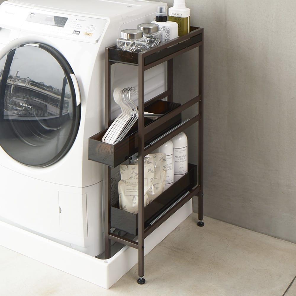 モダンランドリーサイドラック 幅12.5cm 使用イメージ(イ)ダークブラウン 洗濯機横の空間も有効活用できます。最上段トレーは物が落ちにくいこぼれ止め付き。 ※写真は幅17.5cmタイプです。