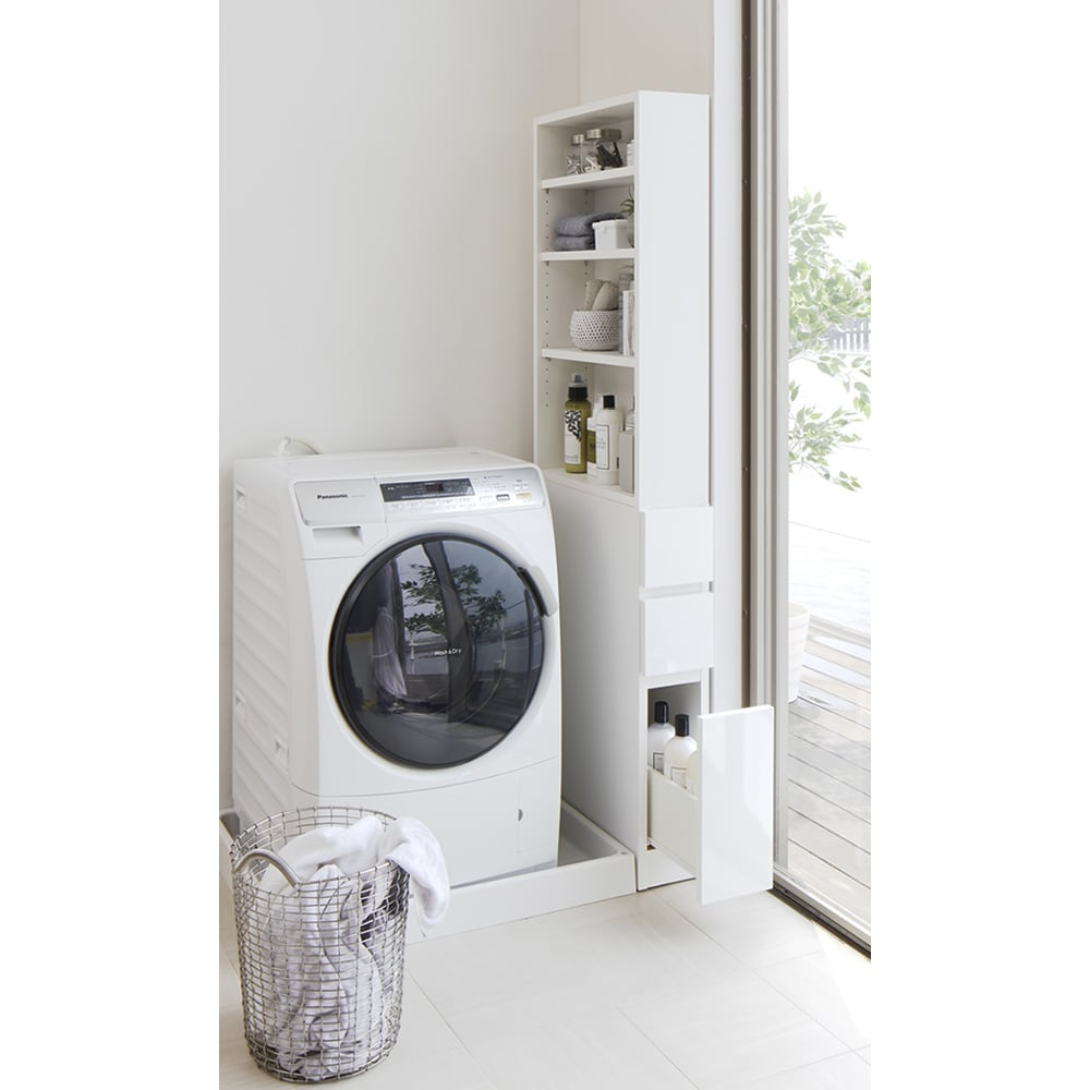 上部オープン棚で取り出しやすい 幅サイズオーダーすき間収納庫 奥行45cm・幅15~45cm 使用イメージ(ア)ホワイト 洗濯機横のデッドスペースも収納に活用できます。 ※写真は奥行55cm・幅15~30cmタイプです。