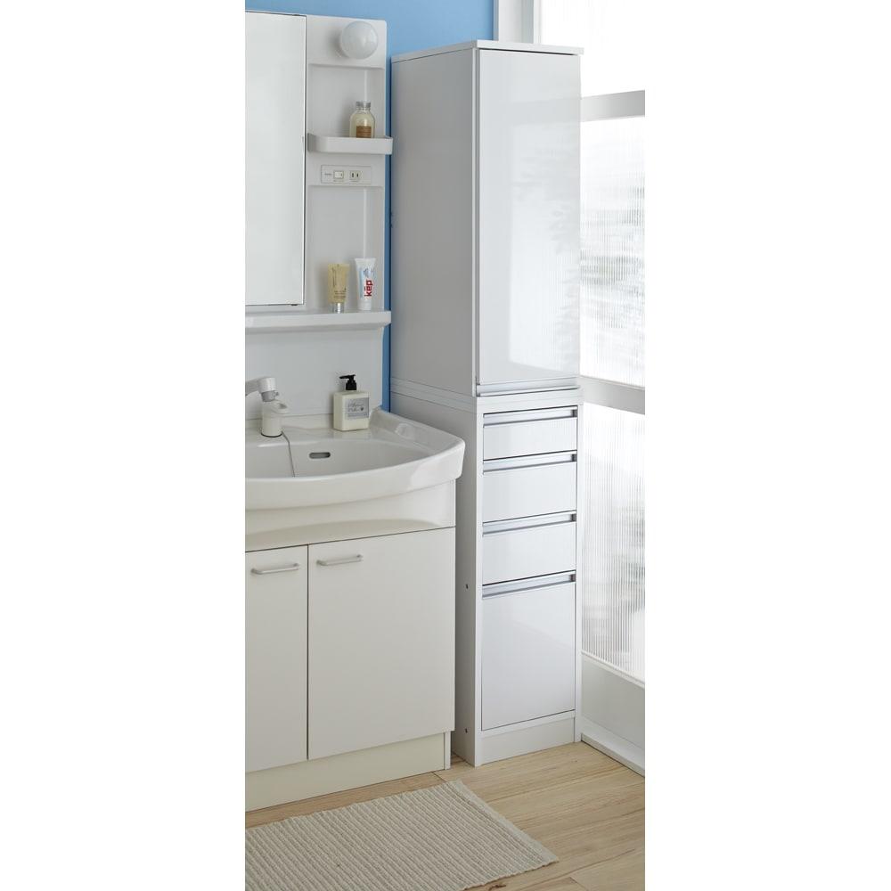 豊富なサイズから選べる 光沢仕上げすき間収納庫 幅25cm・奥行45cm 光沢のあるホワイトの扉で、洗面所がさらにクリーンな印象に。