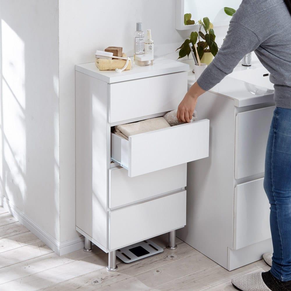 組立不要 お掃除しやすい 湿気も気にならない 多段すき間チェスト 4段・幅44.5奥行29.5cm 高さ90cmは洗面台と同じ高さなのでかがまず、もう一つの作業台、ちょい置き場としても便利に使えます。