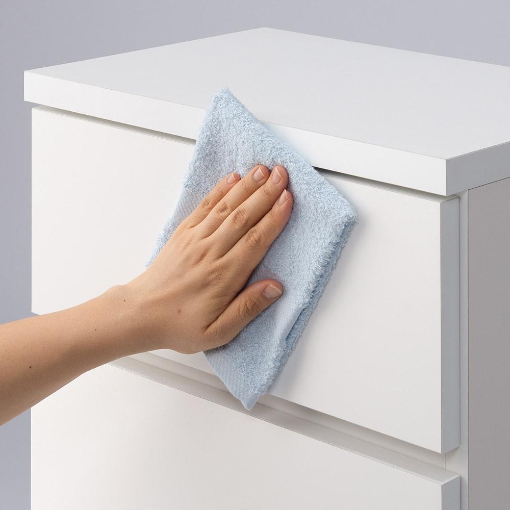 組立不要 お掃除しやすい 湿気も気にならない 多段すき間チェスト 4段・幅44.5奥行44.5cm 前面、天板は水ハネは汚れに強いポリエステル化粧合板を使用しているので水周りでも安心です。