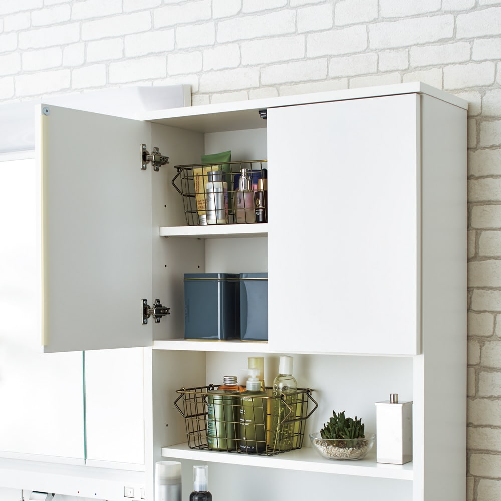 家電が使えるコンセント付き 多機能洗面所チェスト 幅37.5cm 上部扉の中は6cm間隔で高さが調節できます。(※写真は幅60cmタイプです)