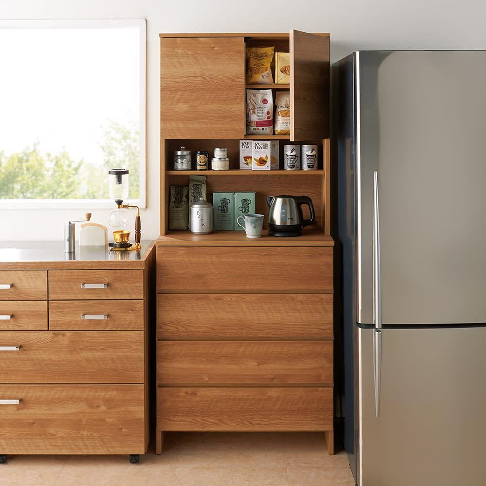 家電が使えるコンセント付き 多機能洗面所チェスト 幅67.5cm 【キッチンにも】中天板は盛り付けなどの作業に便利。家電も使えて、ストックや食器もたくさん収納できます。 ※写真は幅75cmタイプです。