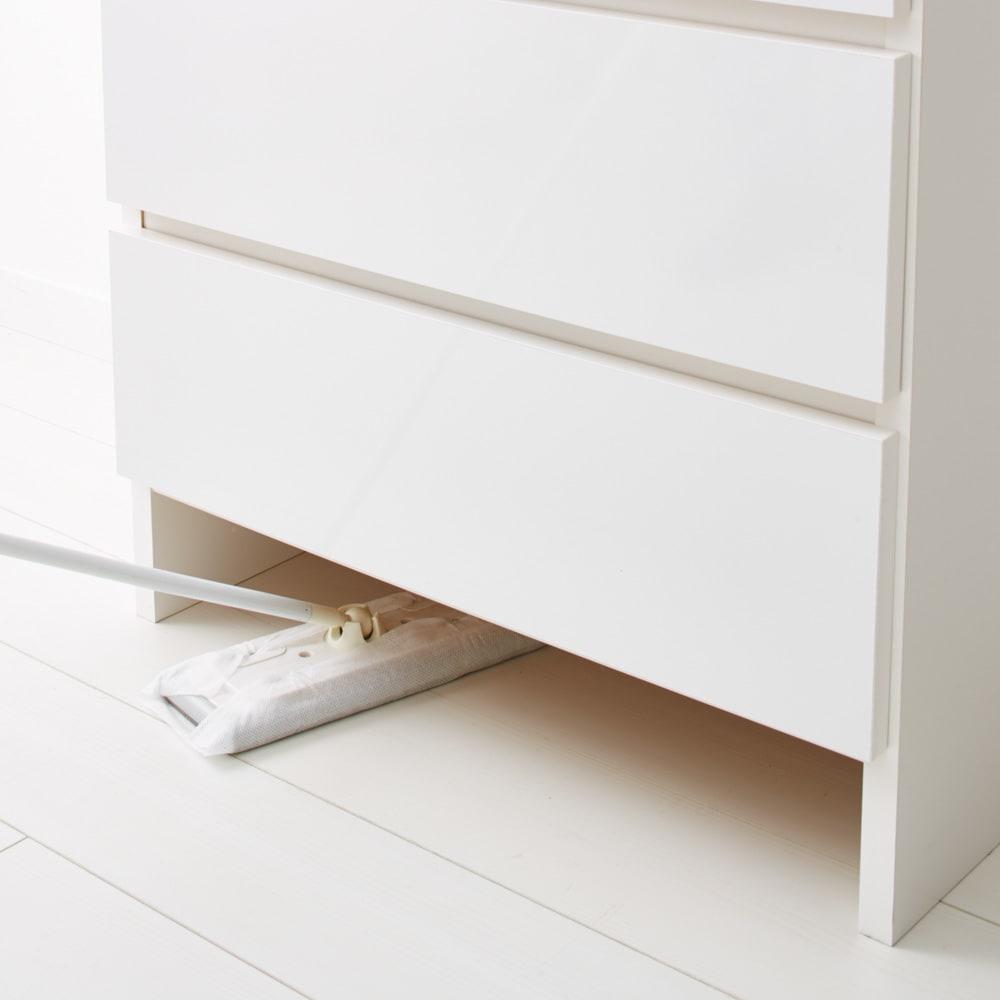 家電が使えるコンセント付き 多機能洗面所チェスト 幅75cm 脚部は約10cmのスペースがありお掃除しやすく、体重計を入れることができます。