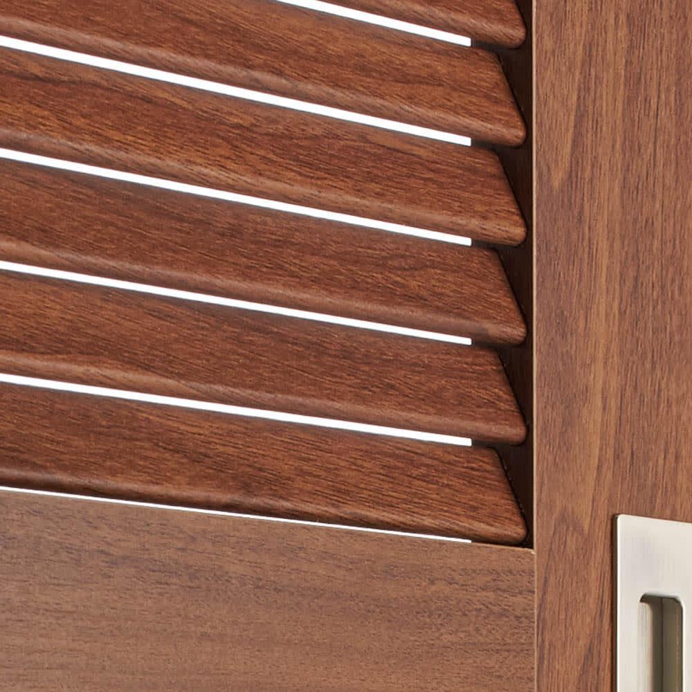 引き戸ルーバー洗面所収納庫 幅90cm 風通しの良い引き戸ルーバー扉…ルーバー扉は通気性に優れるため、湿気が気になる洗面所でも内部に湿気がこもるのを防げます。