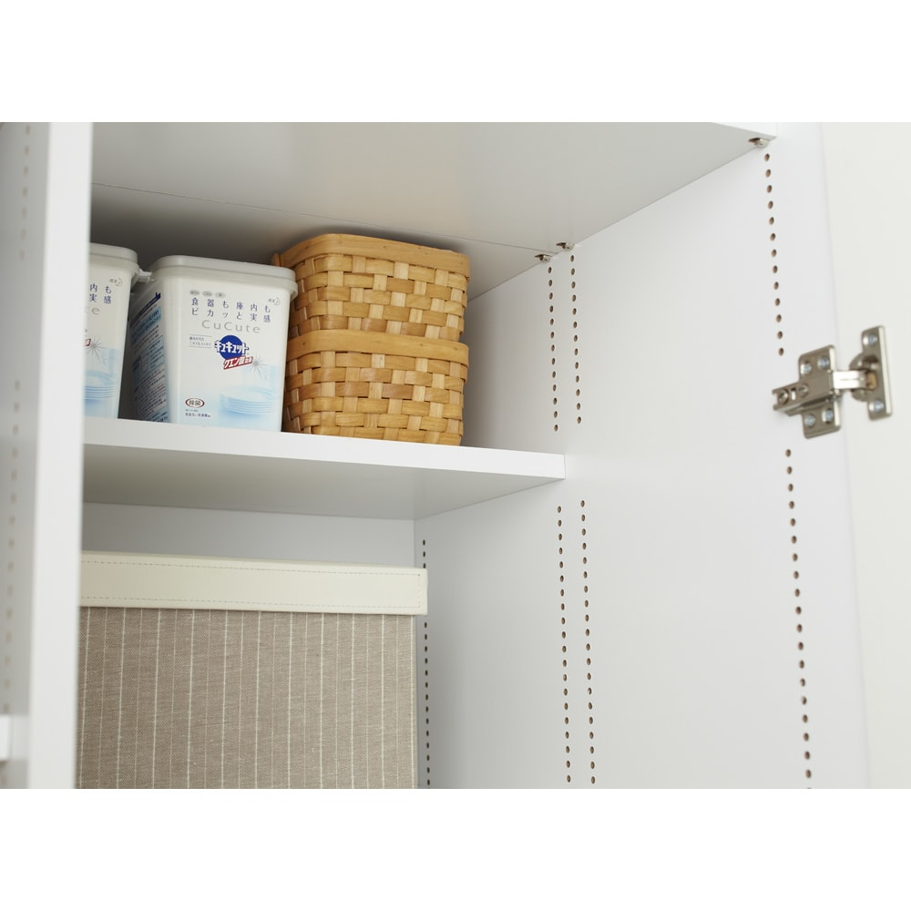 組立不要 たっぷりハウスキーピング収納庫 幅60・奥行55cm あまり使わないストック類は上棚の奥側にキープ。