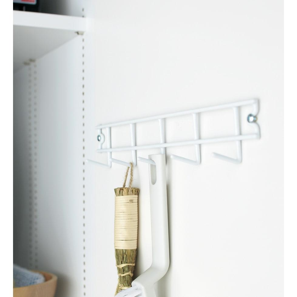 組立不要 たっぷりハウスキーピング収納庫 幅60・奥行55cm 扉内側にモップなどの収納に便利なフック付きです。