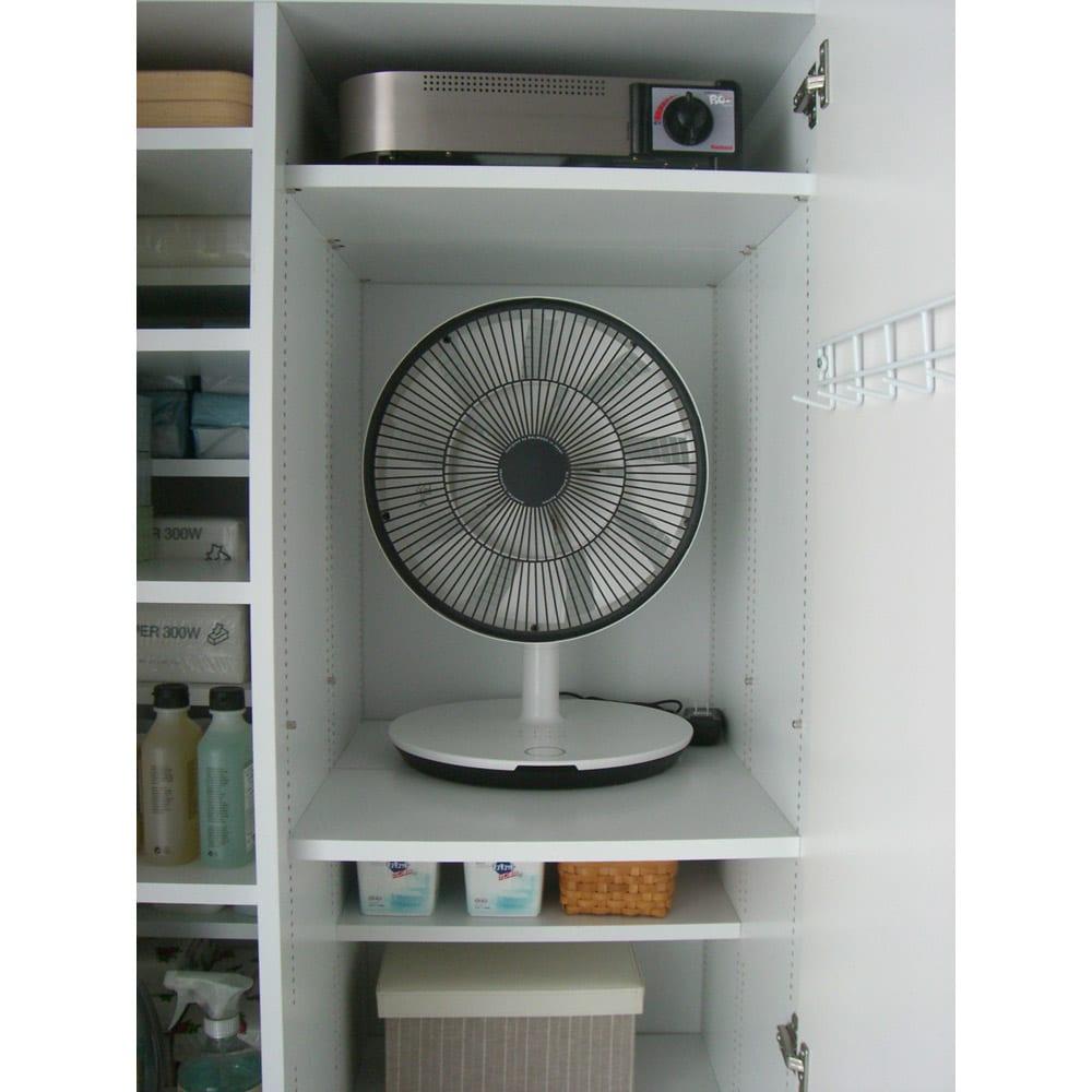 組立不要 たっぷりハウスキーピング収納庫 幅75・奥行55cm 従来の棚だと扇風機を入れると他のスペースは使いづらくなります。
