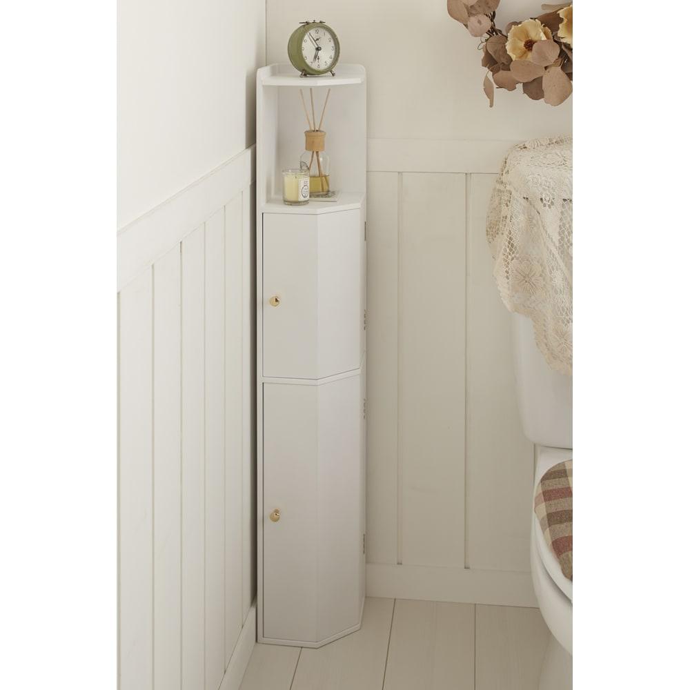 こだわりトイレの木製コーナーラック ハイ 高さ100cm (ア)ホワイト 清潔感のあるホワイトは、トイレの空間に調和してすっきりとした印象に。