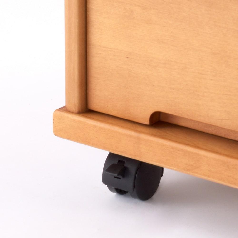 大きくなって長く使える高級感ある天然木仕様ランドセルラック・カバンラック 前輪のキャスターにはストッパー付き。