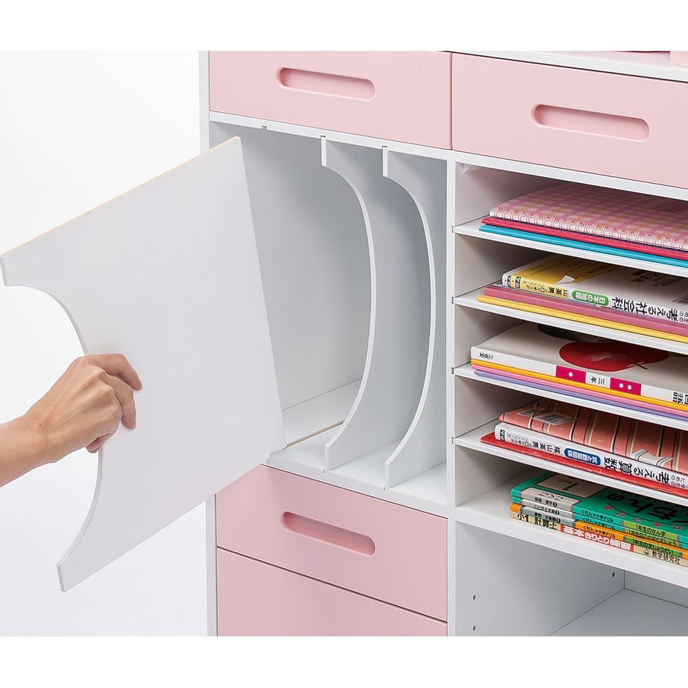 おしゃれキッズのランドセル・カバンラック 教科書・本の収納部の仕切り板は引き出して取り外せます。右側のトレー棚は教科ごとに分けて引き出せます。