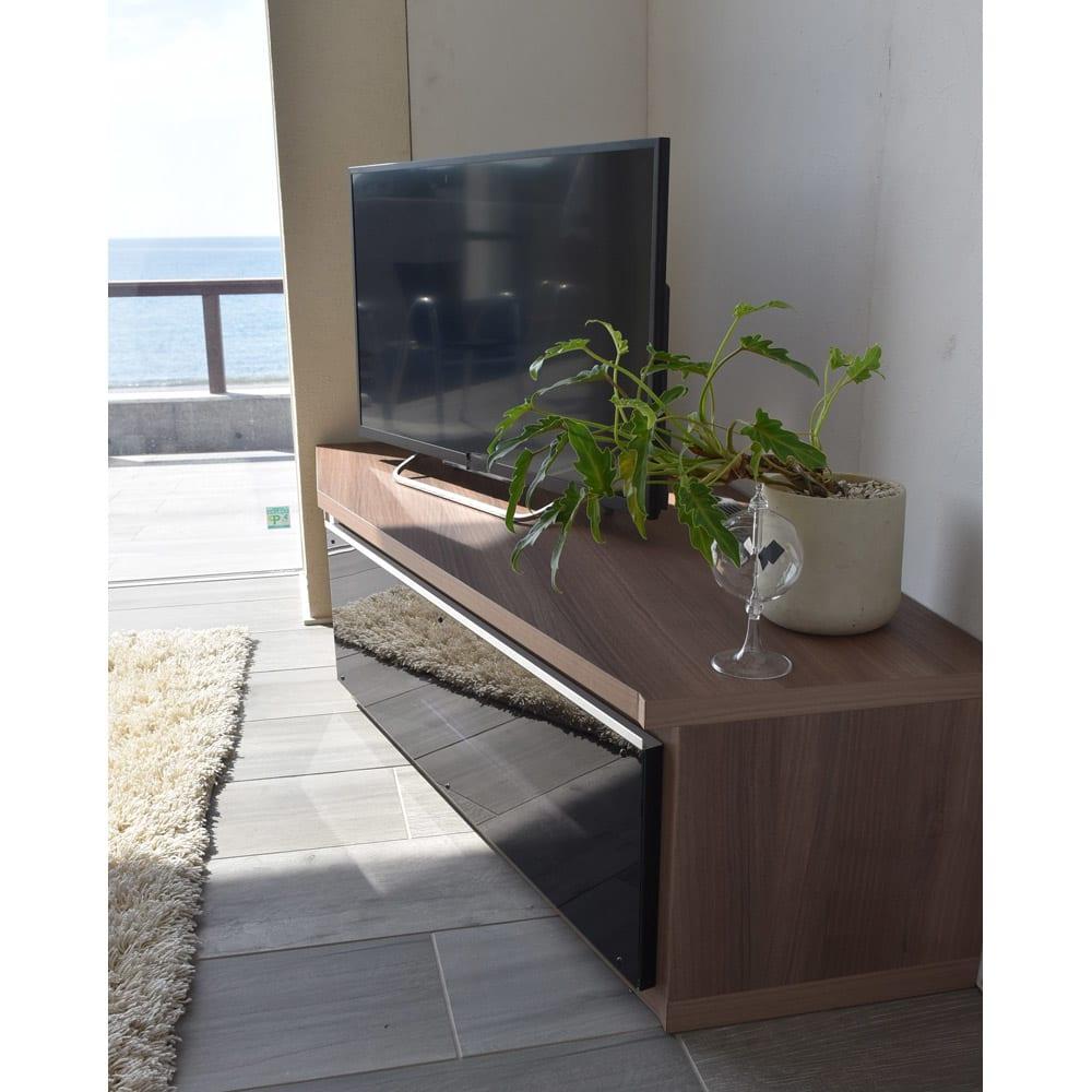 住宅事情を考えた天然木調コーナーテレビ台 左コーナー用 幅123.5cm シルバーラインがスタイリッシュなガラス扉。