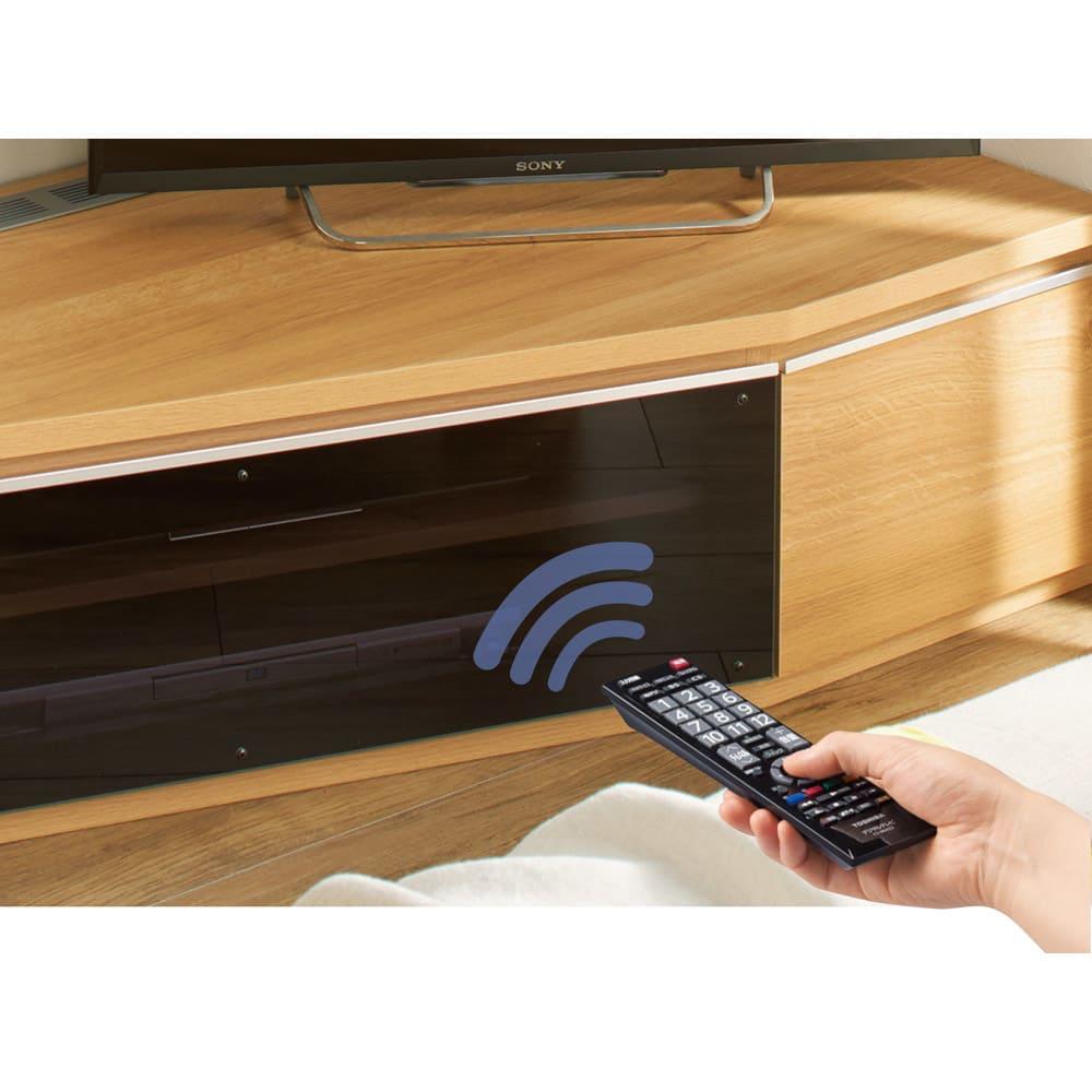住宅事情を考えた天然木調コーナーテレビ台 左コーナー用 幅123.5cm 扉を閉めたままリモコン操作ができます。