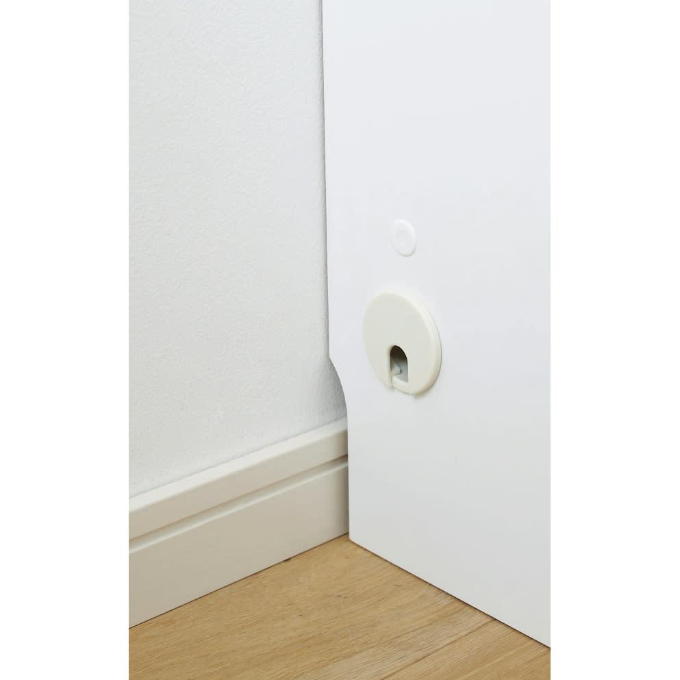 【日本製】窓下にぴったり収まる 高さサイズオーダー壁面収納 扉幅120奥行25cm 配線できるコード穴 両側面にコード穴(径4cm)を設けているので、本体内部での配線が可能。幅木よけカットで壁にぴったり設置できます。