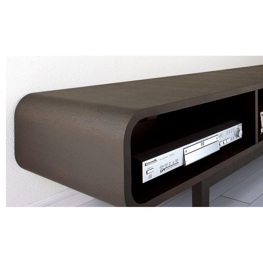 曲面加工のラウンドシェルフシリーズ テレビ台2段3連 幅165cm 高さ52cm脚付きタイプ 貼り合わせたタモ材のつなぎ目がほとんど分からないほど美しい仕上げの曲面加工。