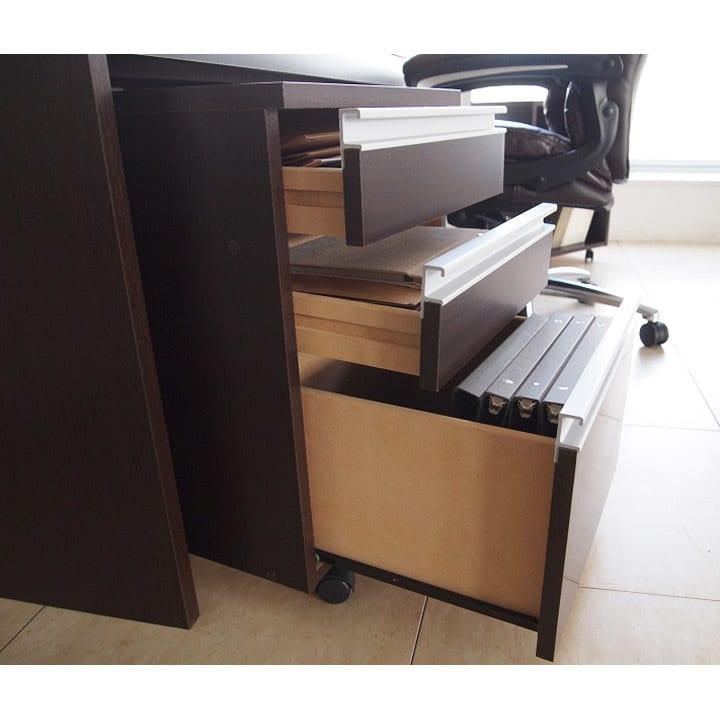 奥行たっぷりデスク3点セット パソコンデスク幅140cm チェスト最下段にはファイルが入ります。