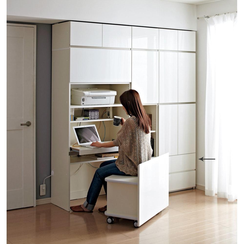【パモウナ社製】毎日の使いやすさを考えた収納システム 扉 幅60cm (ア)ホワイトパーソナルオフィス組合せ例 限られたスペースに自分だけの書斎空間が完成! ※写真は天井梁下高さ210cmで撮影しています。