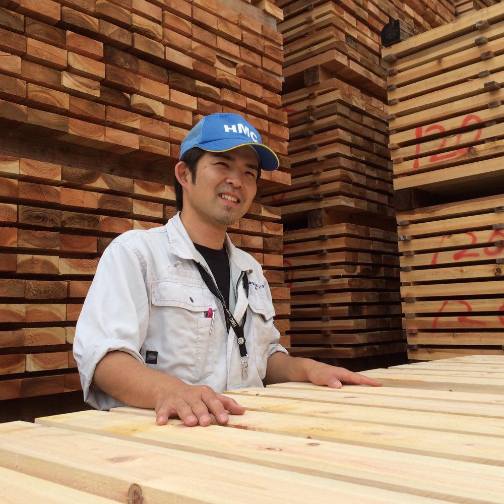 国産杉頑丈突っ張りラック(本棚) 幅119奥行27.5cm 播磨の製材所で仕上げる「杉」をふんだんに使用。兵庫県宍粟市(播磨)の「兵庫木材センター」は、主に建築材を生産する製材所です。木材の含水率の測定や打撃による強度計測などを徹底管理し、2週間以上かけて丁寧に製材します。