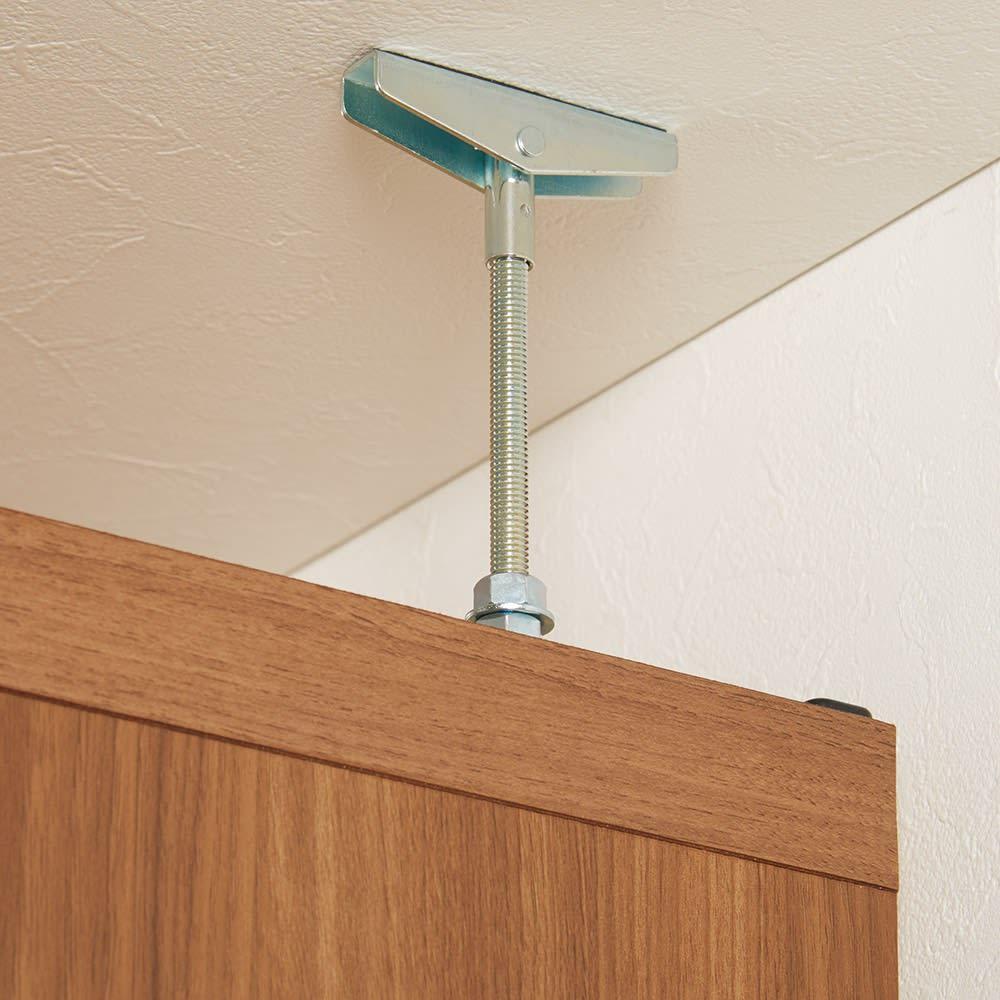 重厚感のあるがっちりデスクと扉が選べる本棚上下セット+天井突っ張り金具 しっかり支えて安心の天井突っ張り式。高さ236~246cmの天井に対応します。