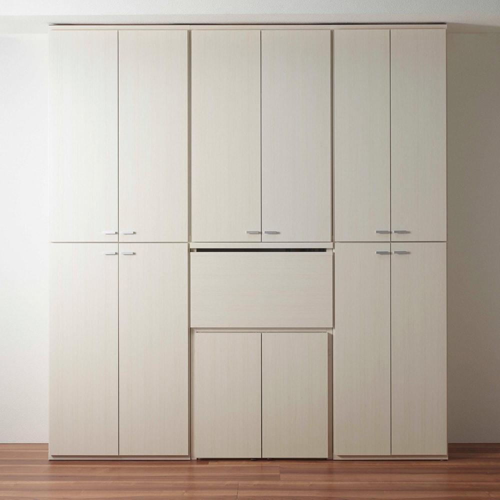 重厚感のあるがっちりデスクと扉が選べる本棚上下セット+天井突っ張り金具 デスクを収納した状態(イ)ホワイト(木目)