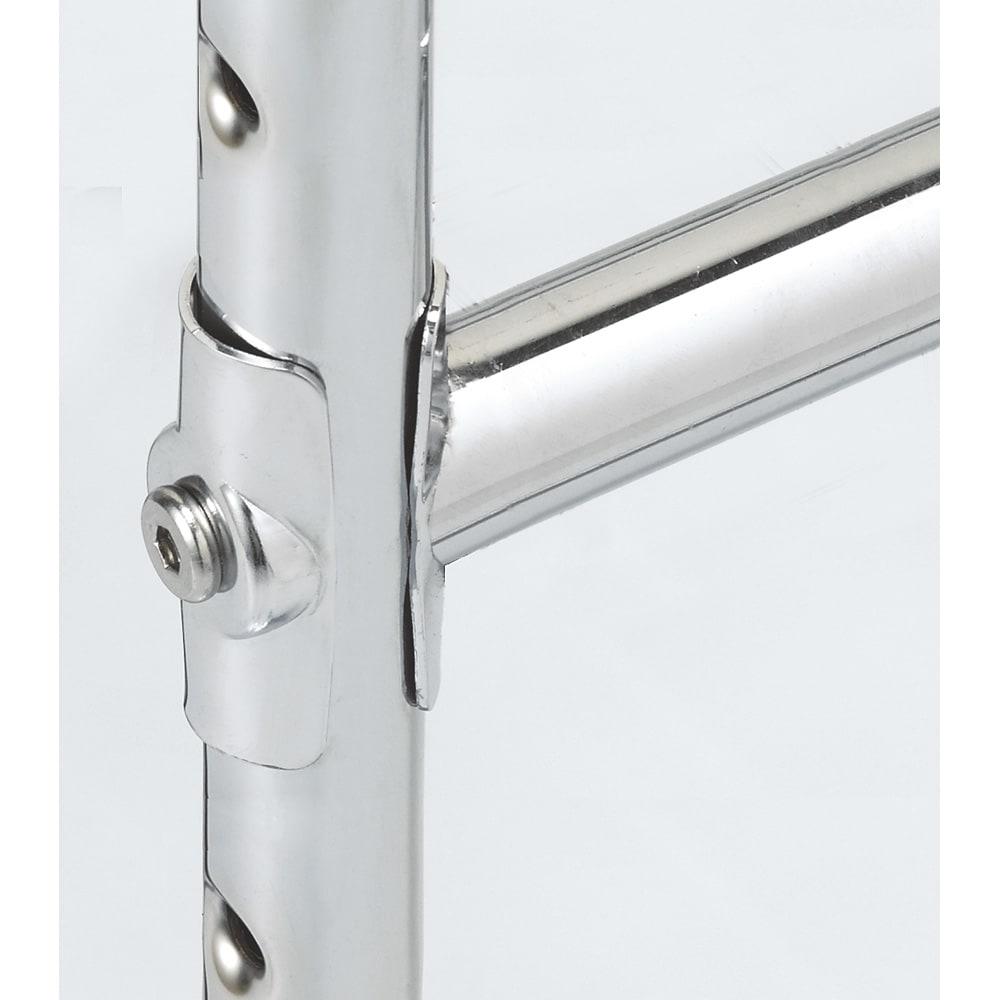 プロ仕様 伸縮頑丈ハンガーラック ダブルタイプ 幅73~92cm 補強バーの固定方法もこだわりました。ネジだけで閉めるよりも強度をUPするため 面で固定する方法を採用。 スチール製のプレートがパイプをしっかり挟み込み固定します。