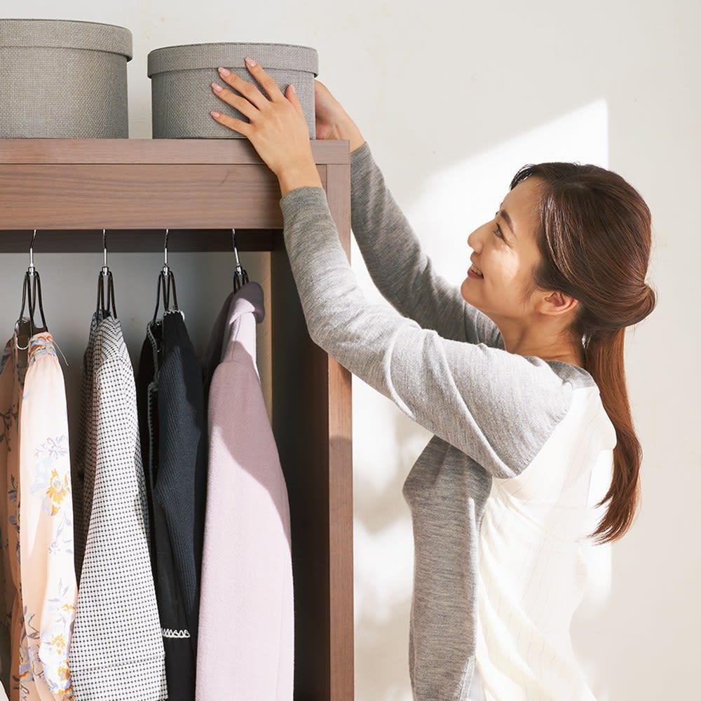 木製でしっかり!大容量ディスプレイワードローブ 幅177cm 【どなたにも使いやすい高さ165cm】圧迫感がなくハンガーバーから衣類をラクに出し入れできます。天板上も手が届きやすいので、バッグや帽子などの普段使いの小物収納に利用できます。