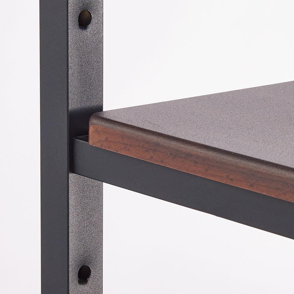スタイリッシュデザインで頑丈!高さ伸縮もできる前後ダブルハンガー 棚板2枚はパイプの可動穴に合わせて高さ調節可能。