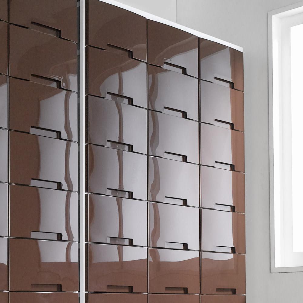 家族の衣類を一括収納 大量収納タワーチェスト 3列・10段タイプ (ア)ブラウンの前面は光沢があり、スッキリとした印象になっています。