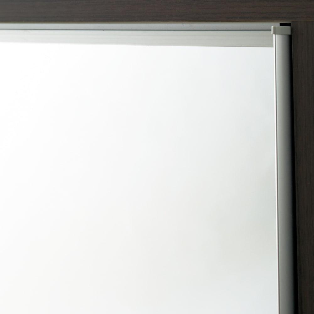 【日本製】引き戸式ミラーワードローブ タワーチェスト 幅57.5cm 扉の枠にはアルミを使用。美しくスタイリッシュな印象をさらに高めます。