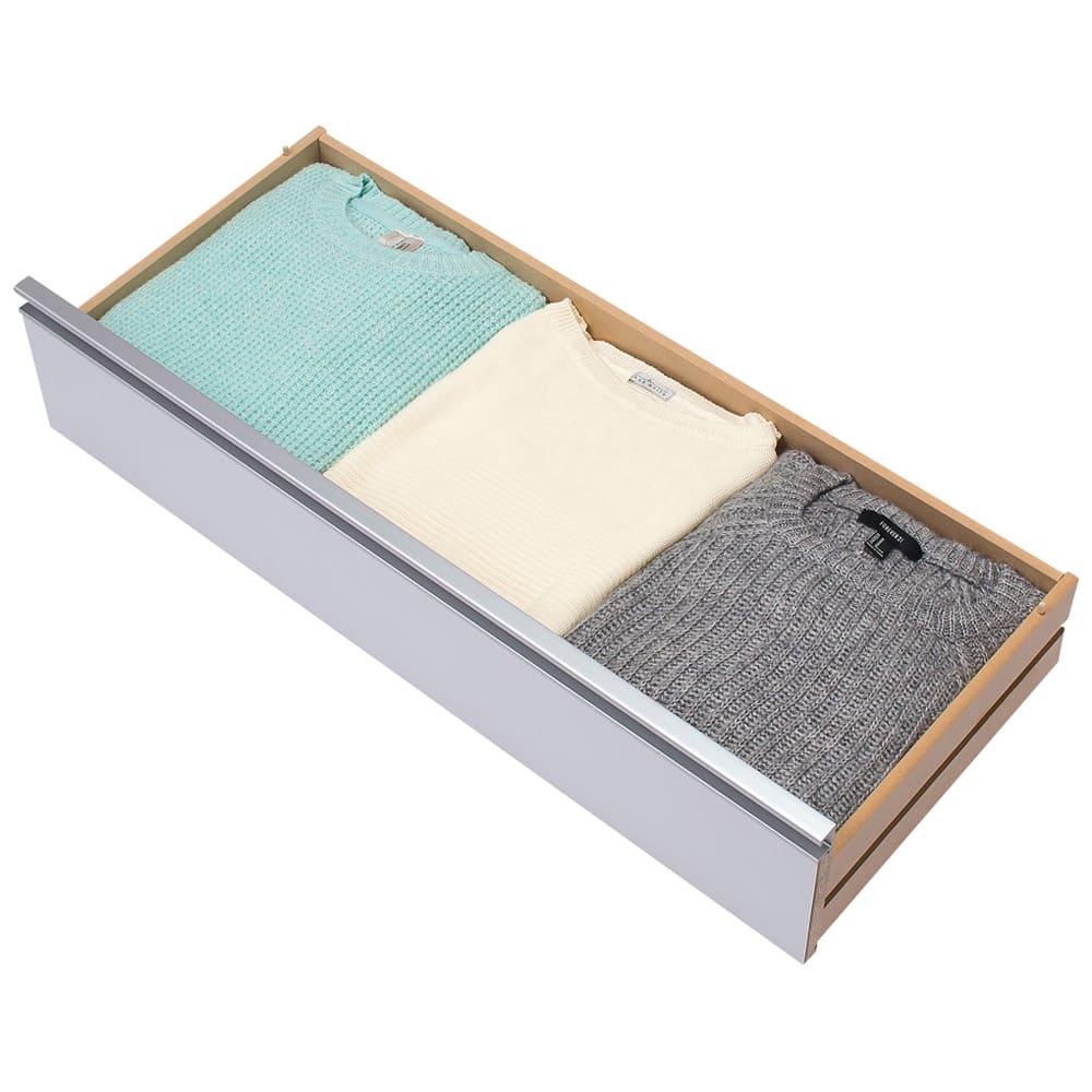 隠しキャスター付きワイドクローゼットチェスト 幅90cm・6段 幅90cmは、セーターやシャツなどの衣類が横におよそ3列並びます。