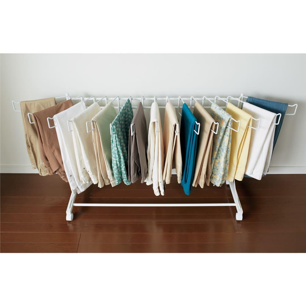 パンツ&ジーンズハンガー 上下2段12本掛け 幅51cm ハンガー部は左右に開くのでパンツが取り出しやすく掛けやすい仕様です。