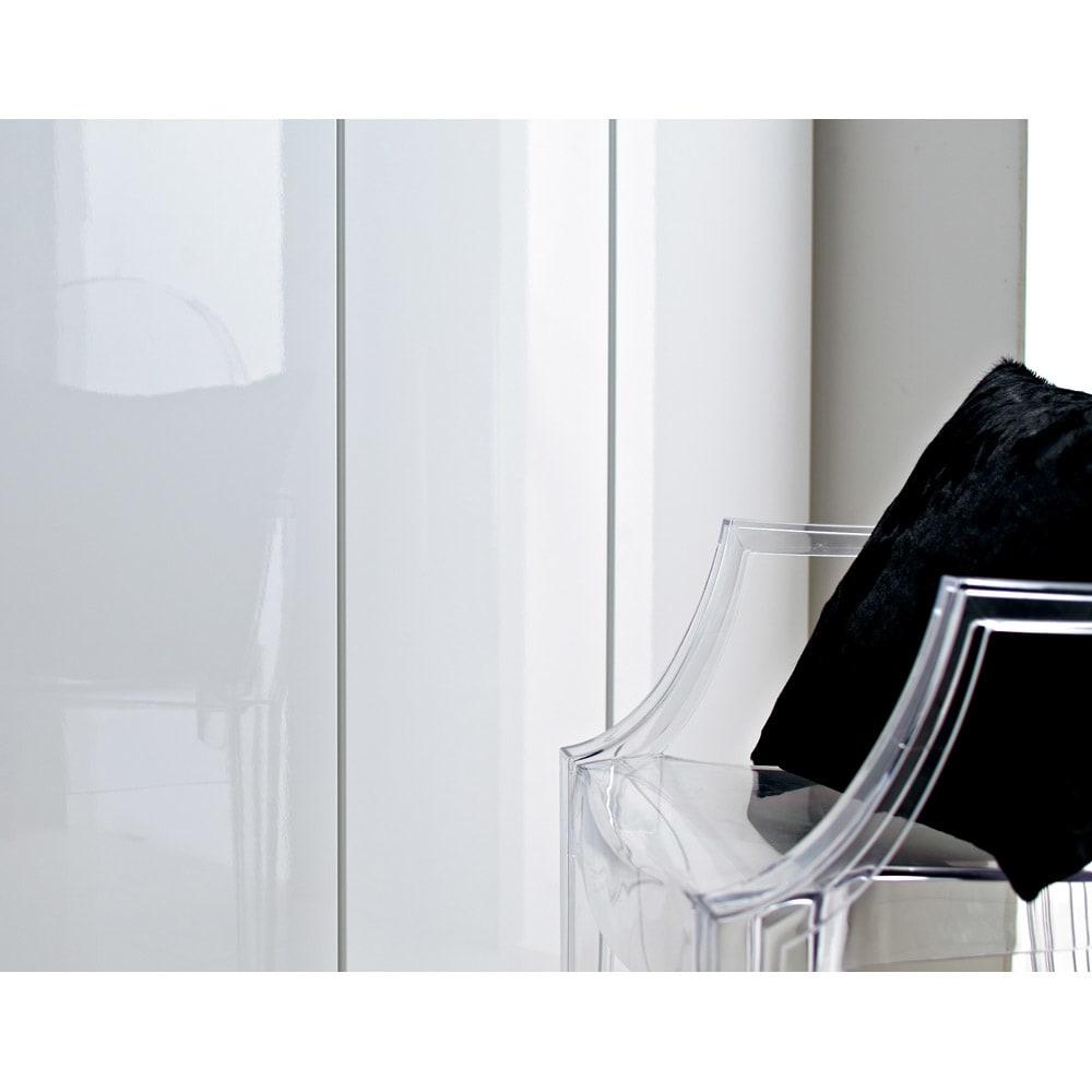 美しく飾れるシューズクローゼット 下駄箱扉タイプ 幅80 高さ91cm (イ)前面:ホワイト・本体:ホワイトは光沢感が美しく、キズや汚れに強いオレフィン化粧板を前面に使用。玄関をシックで洗練された印象へと導きます。