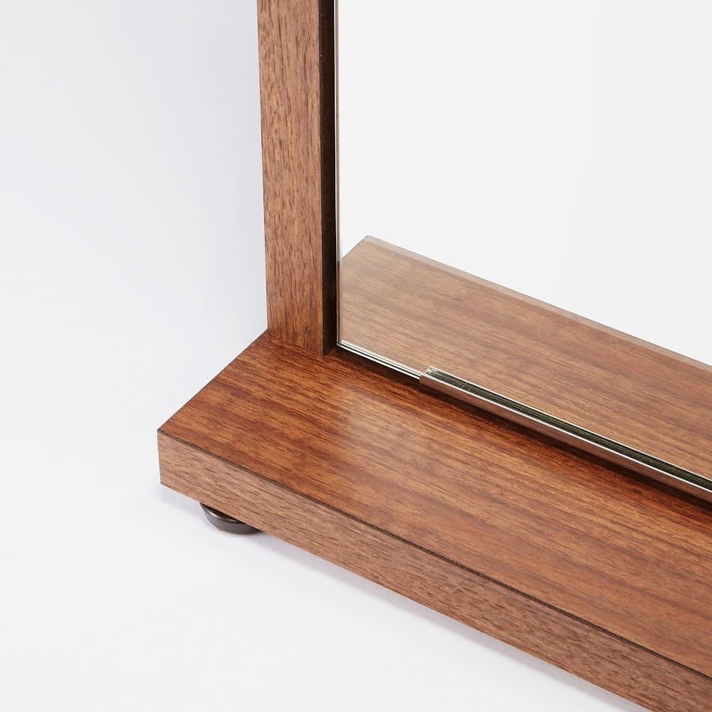 静かに開閉するミラー扉の薄型シューズボックス 3段 幅90cm 脚部は約1cm調整可能なアジャスター付です。