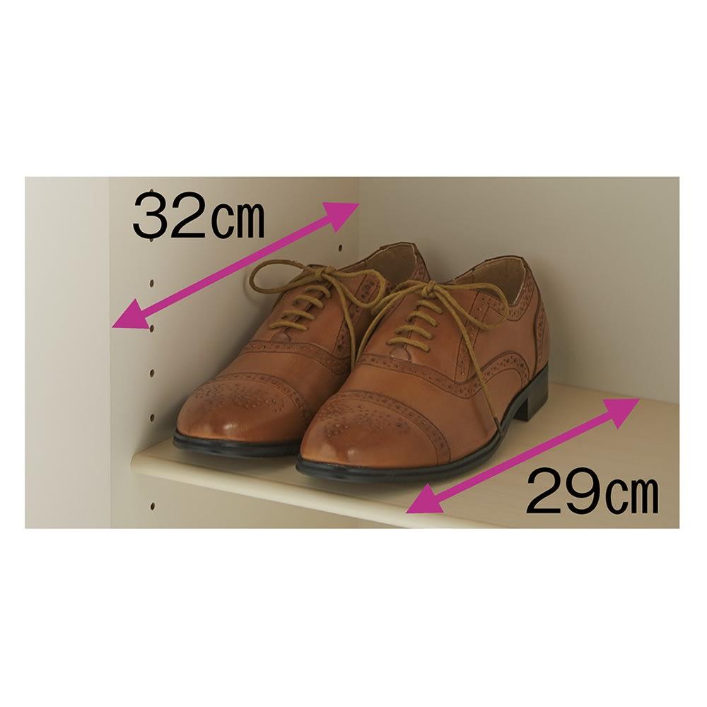 使う時だけ引き出せる!荷物のチョイ置きに便利なスライドテーブル付きシューズボックス 幅80cm高さ180cm 紳士靴が収まる奥行内寸32cm。軽量なプラスチック棚板で段替えもラク。汚れたら水洗いできます。