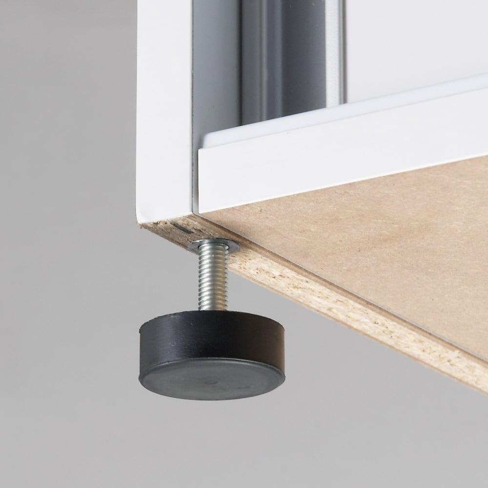 大量玄関収納 引き戸シューズボックス 幅77cm 水はけよくするために玄関は傾斜がついているもの。アジャスターで高さ調整することで本体を水平に調整できます。本体幅は75cmですが、アジャスター取付時は幅が77cmとなります。