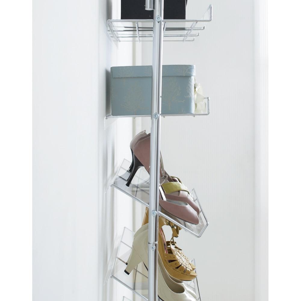 段差対応突っ張りアクリルシューズラック 1列タイプ 幅32cm 高級感のあるクリアな棚付きで収納しやすく靴の汚れが下に落ちません。