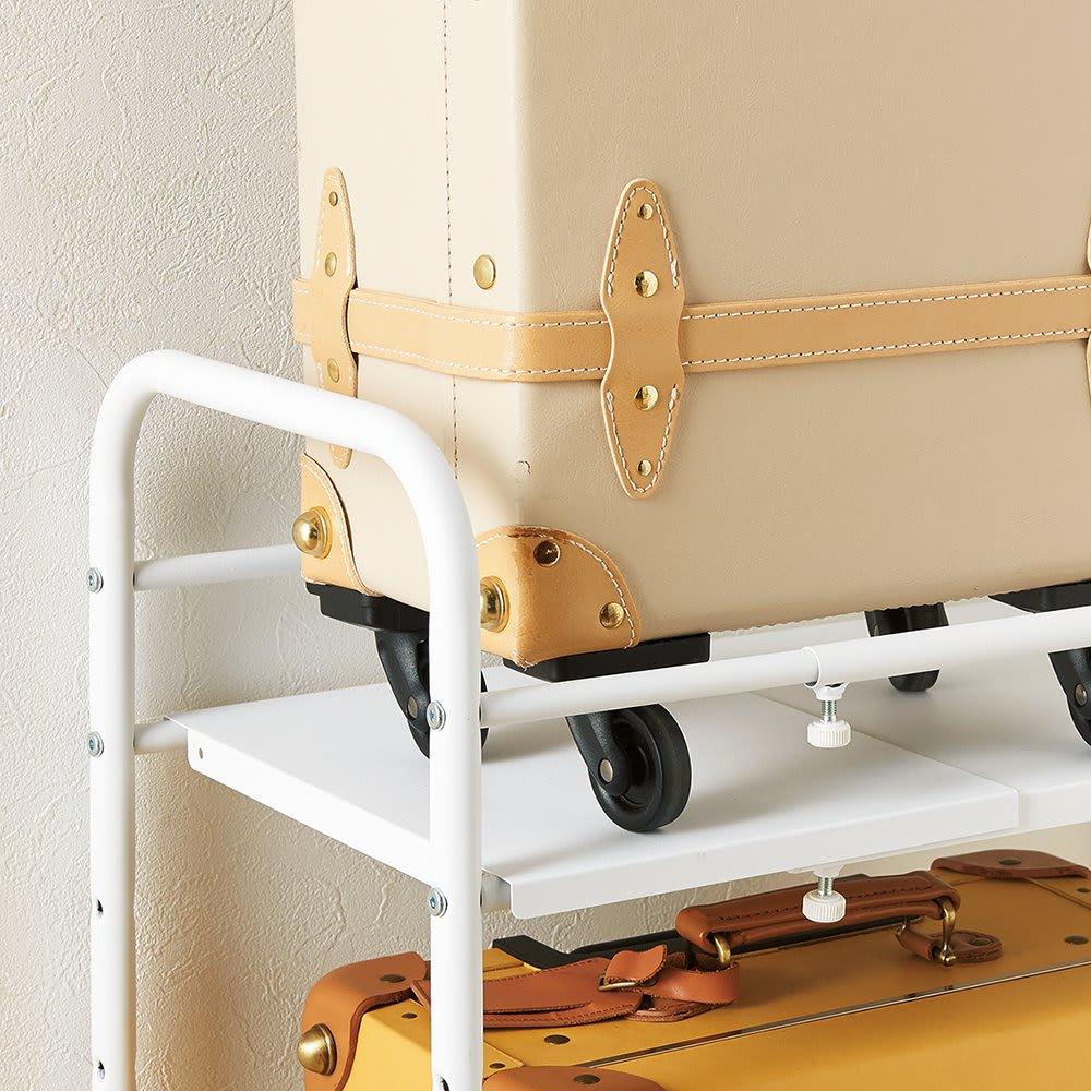 デッドスペースを有効活用 スーツケース上ラック 棚1段 スーツケースが転がり落ちないバー付き。不要な場合は取り外すことができます。