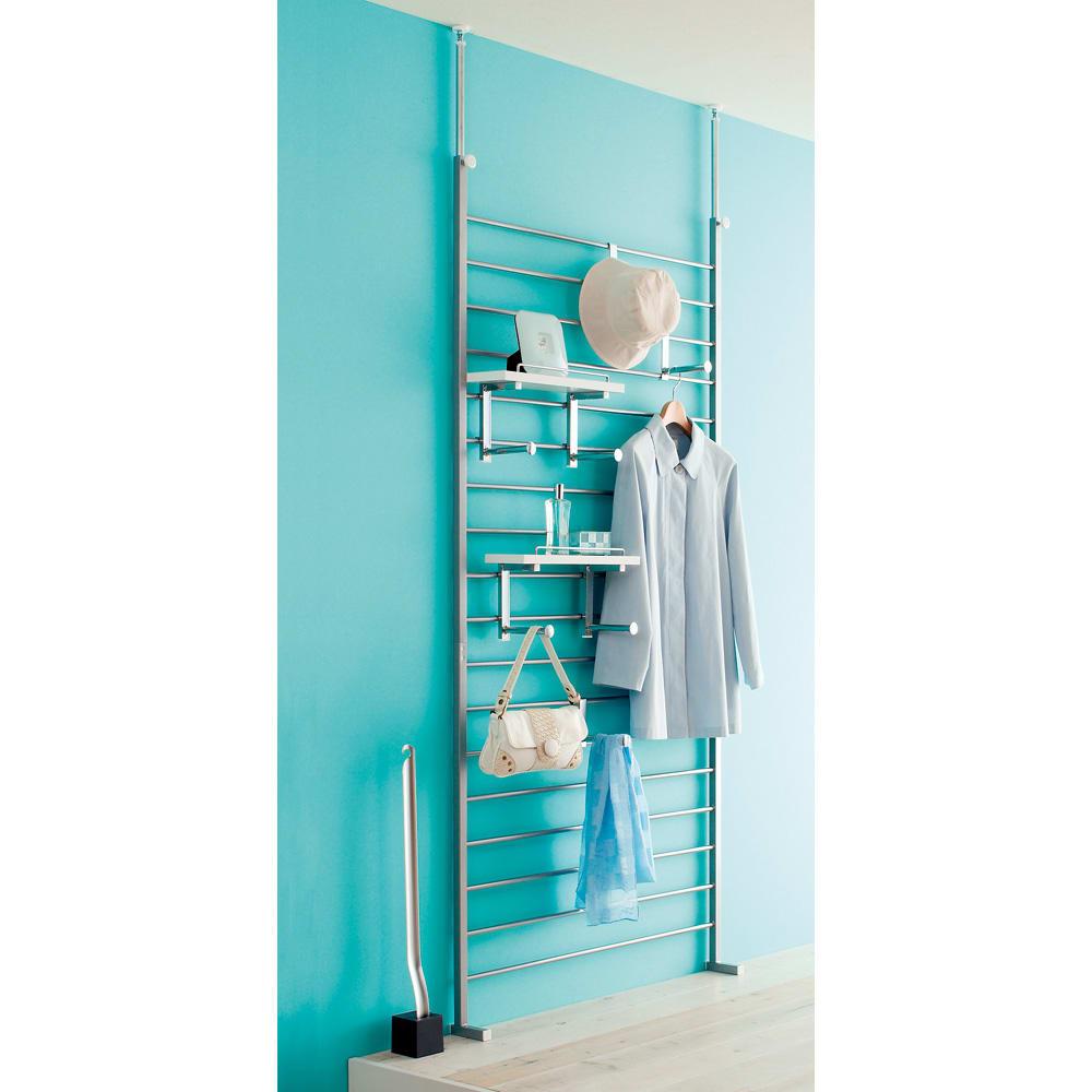 突っ張りブティックハンガー 幅95cm 使用イメージ(ア)棚板ホワイト 狭い玄関でもすっきり収納スペースが作れます。