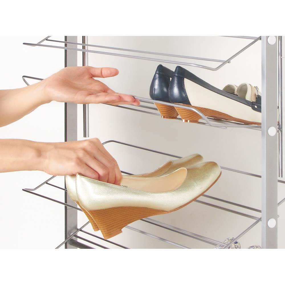 突っ張りシューズラック 幅53cm 棚の角度を変えて取り出せるので、靴が取り出しやすい設計。