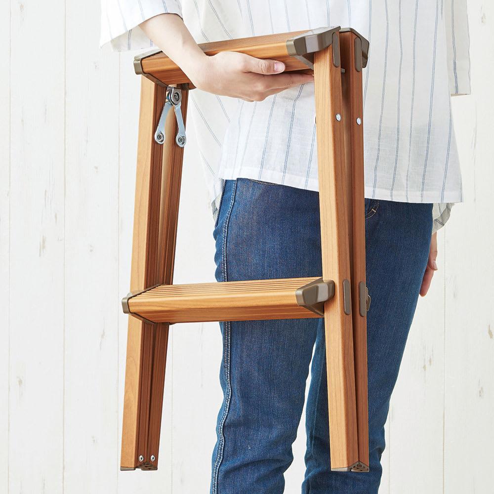 木目調脚立 2段 軽量で持ち運び簡単。