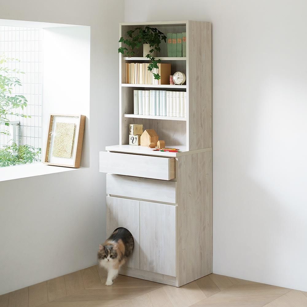 ネコ用トイレやベッドを置けるスペース付き リビング収納庫 幅60.5cm奥行45.5cm高さ180cm (ア)ホワイト(木目) リビングの飾り棚として使いながら、下段の扉の中は、猫専用スペースに。インテリアから浮きがちな市販の猫トイレやベッドを隠しつつ、猫にとっては安心できる空間。引き出しにはおやつやおもちゃのほか、リビングで使う文房具を入れても。