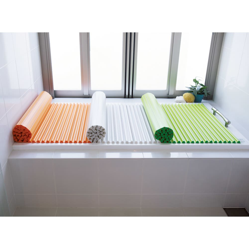 溝の奥まで洗いやすい カラーウェーブ抗菌風呂ふた 左から(ウ)オレンジ (ア)ホワイト (イ)グリーン